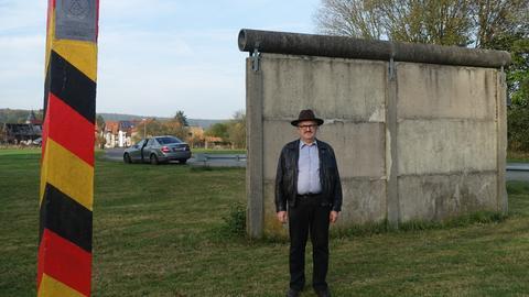 Jürgen Banz aus Hattersheim am Mauerdenkmal seiner Heimatgemeinde Heringen-Kleinensee