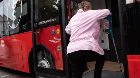 Patientin steigt in den Medibus in Nentershausen
