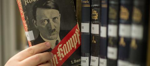 """Taschenbuchausgabe von Adolf Hitlers """"Mein Kampf"""" aus dem Jahr 1933"""