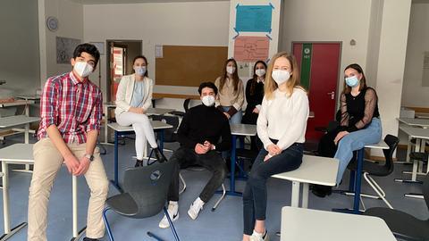 Schüler mit Masken im Klassenraum