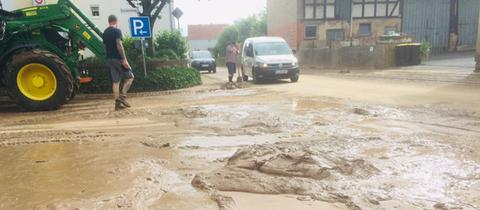 Überschwemmung in Merzhausen - Schlamm-Massen auf den Straßen