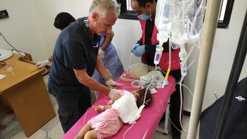 Michael Wilk behandelt ein kleines Mädchen in Raqqa