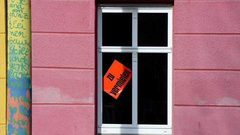 """In einem Fenster steht das Schild """"Zu vermieten"""""""