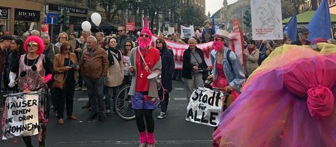Demonstranten protestieren in Frankfurt gegen steigende Mieten
