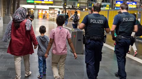 Polizei begleitet Migarnten am Frankfurter Hauptbahnhof