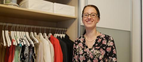 Minimalistin Esther Stark steht vor ihrem Kleiderschrank