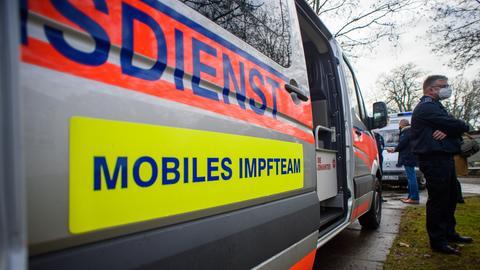 """Fahrzeug mit der Aufschrift """"Mobiles Impfteam"""""""