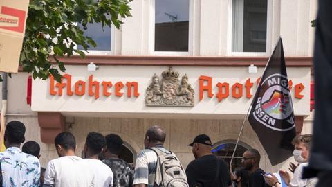 Schwarze Menschen vor der Mohren-Apotheke