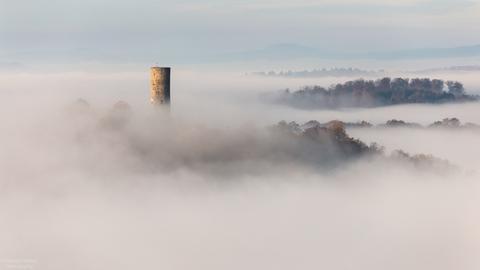 Märchenlandschaft im Westerwald: Unser Nutzer Christoph Weber hat die Burg Merenberg (Limburg-Weilburg) im Nebel geknipst.