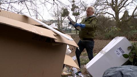 Auf der Suche nach Hinweisen auf den Verursacher der illegalen Mülldeponie: Spermülldedektiv Peter Brech