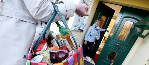 Nachbarschaftshilfe, Einkäufe werden bis zur Tür getragen