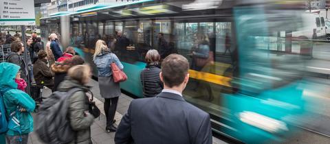 Ab 2018 dürfen Landesbeschäftigte kostenlos mit Bus und Bahn fahren.