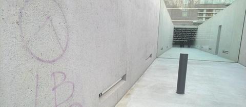 Rassisten-Symbol auf dem Deportations-Mahnmal am EZB-Gelände