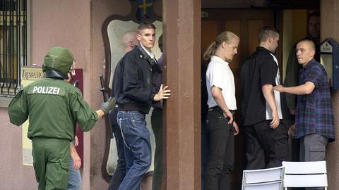 Neonazis werden am Rand einer Demonstration 2002 in Kassel zum Schutz vor linken Gegendemonstranten von Polizisten in eine Kneipe getrieben