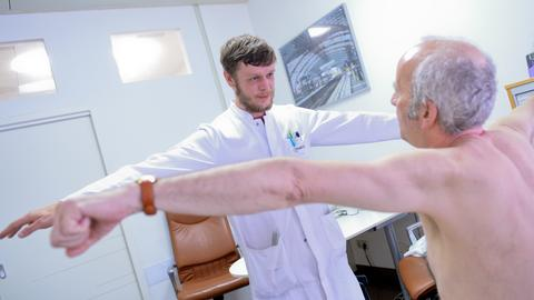 Ein Neurologe untersucht einen Patienten