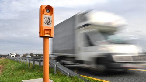 Ein Lastwagen fährt an der Notrufsäule Nummer 16.178 bei Weiterstadt vorbei.