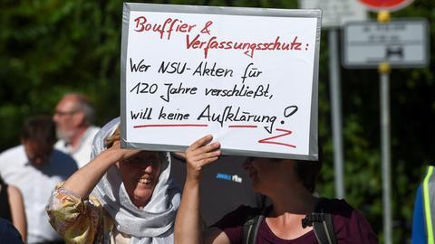 Zwei Frauen tragen auf einer Demonstration ein Schild mit, wer die NSU Akten verschließt, will kein Aufklärung