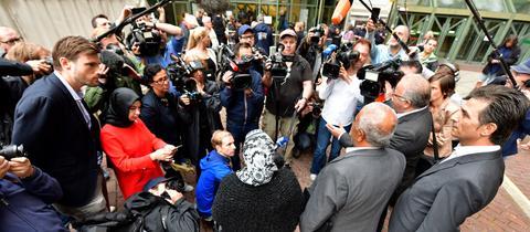 Halit Yozgats Eltern Ayse und Ismail sprechen vor dem Münchner Oberlandesgericht mit Journalisten.