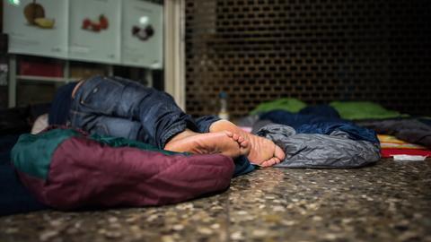 Zwei Obdachlose übernachten in der B-Ebene der Hauptwache