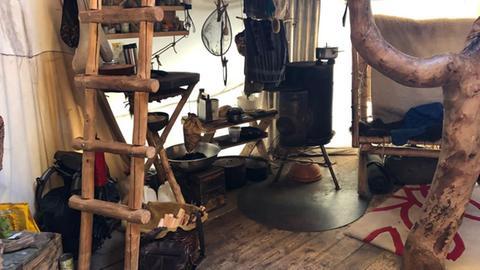 Möbel in der Jurte von Marc Freukes im Odenwald