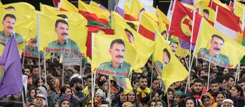"""Flaggen mit dem Bild Abdullah Öcalans und dem Schriftzug: """"Freedom for Öcalan"""""""