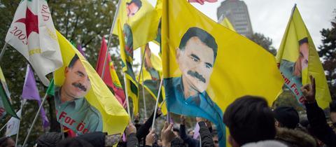Flaggen mit aufgedrucktem Konterfei Abdulla Öcalans