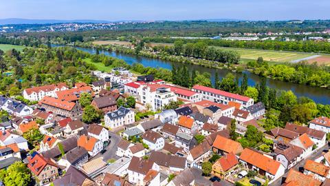 Die Stadt Offenbach mit ihren Häusern und dem Main.