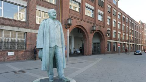 Adam-Opel-Statue vor dem Opel-Altwerk in Rüsselsheim