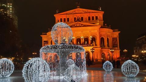 In Orange getauchte Alte Oper in Frankfurt am 25. November, dem internationalen Aktionstag gegen Gewalt gegen Frauen