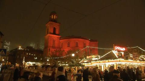 Die in Orange getauchte Frankfurter Paulskirche anlässlich des Aktionstags gegen Gewalt gegen Frauen