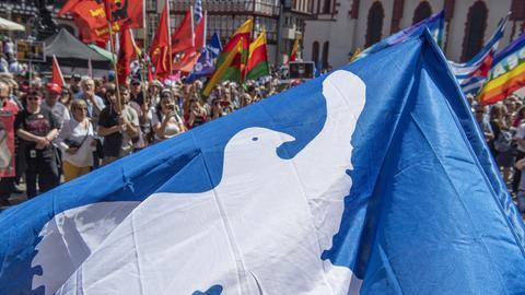Ostermarschierer mit Flagge Friedenstaub
