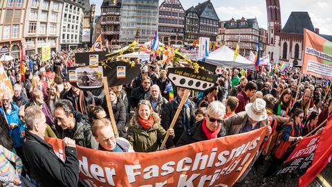 Demonstranten stehen während der Abschlusskundgebung auf dem Römerberg
