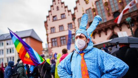 Ostermarsch in Frankfurt: Ein Mann demonstriert im Osterhasengewand auf dem Römerberg