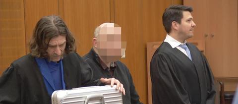 Der Angeklagte vor Gericht mit seinen Anwälten