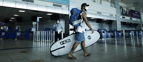 Urlauber mit Surfbrett in Panama Airport