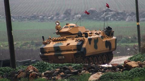 """Ein türkischer Panzer an der Grenze zu Syrien während der Operation """"Olivenzweig"""""""