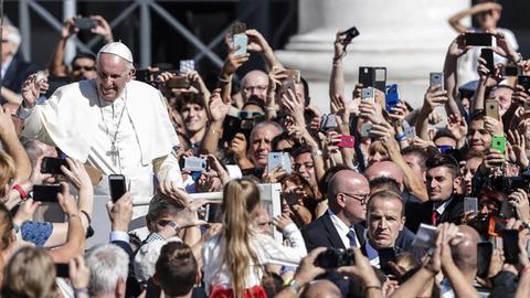 Beliebtes Motiv für Smartphone-Kameras: Papst Franziskus auf dem Petersplatz.