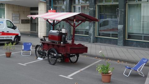 Mobile Kaffeemaschine steht in einer Parklücke