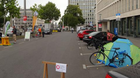 Zelt steht auf Parkplatz