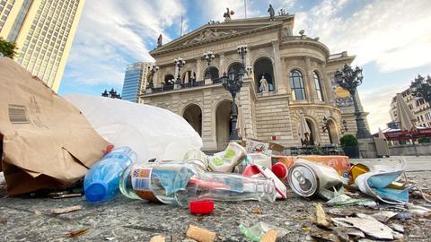 Freiluftpartys an der Alten Oper in Frankfurt - Müll übersät den Platz am nächsten Morgen
