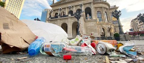 Müllberge vor der Alten Oper in Frankfurt am Morgen nach einer Freiluftparty.