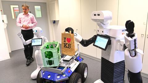 Professor Schmidt mit Roboter Pepper
