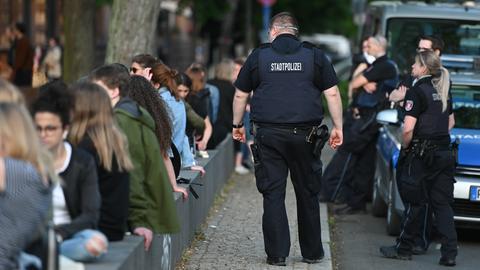 Polizisten kontrollieren Corona-Regeln