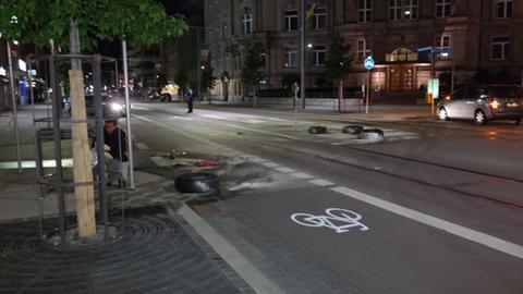 Verbrannte Reifen auf Straße in Kassel