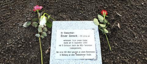 Eine Gedenkplakette für den vom NSU ermordeten Enver Şimşek