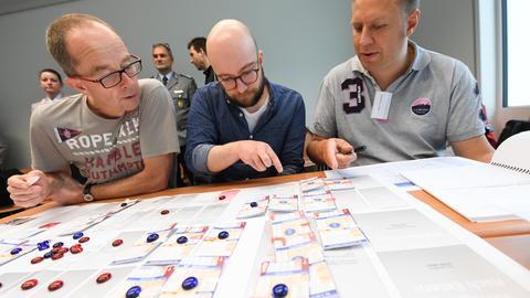 In einem Brettspiel simulierten die Teilnehmer eine Terrorlage.