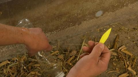 Gelbes scharfkantiges Plastikteil in einer Hand