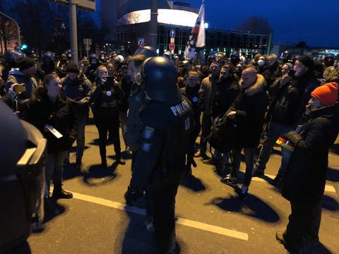 Ein paar dutzende Demonstranten müssen von der Polizei abtransportiert werden,