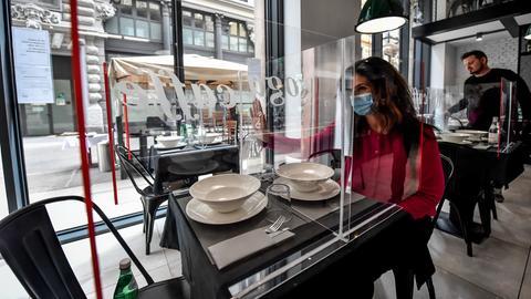 Plexiglastrennscheibe im Café