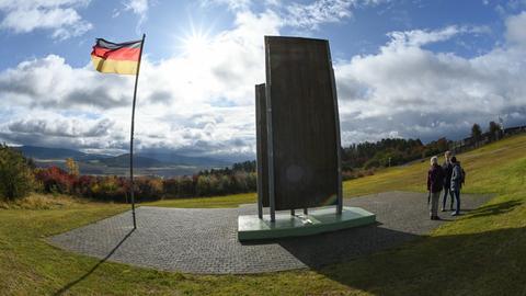 Besucher an der Grenzgedenkstätte Point Alpha in Rasdorf am Mahnmal für die Deutsche Teilung und Wiedervereinigung.